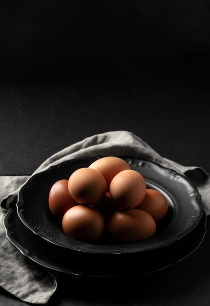 Яйца под высоким углом на тарелке с кухонным полотенцем и копией пространства Бесплатные Фотографии
