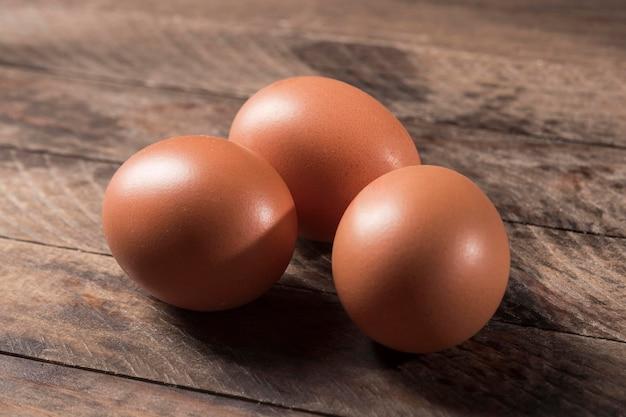 Высокий угол яйца на деревянном фоне Premium Фотографии
