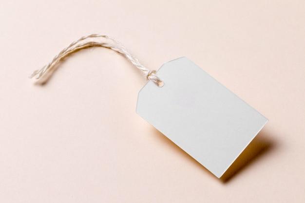 Etichetta vuota ad alto angolo su sfondo beige Foto Gratuite