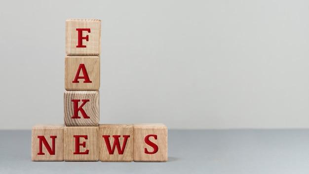 Messaggio di notizie false ad alto angolo Foto Gratuite