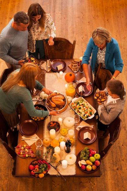 Семейный ужин под открытым небом на день благодарения Бесплатные Фотографии