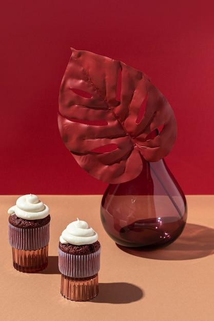 ハイアングルの花瓶とカップケーキ Premium写真