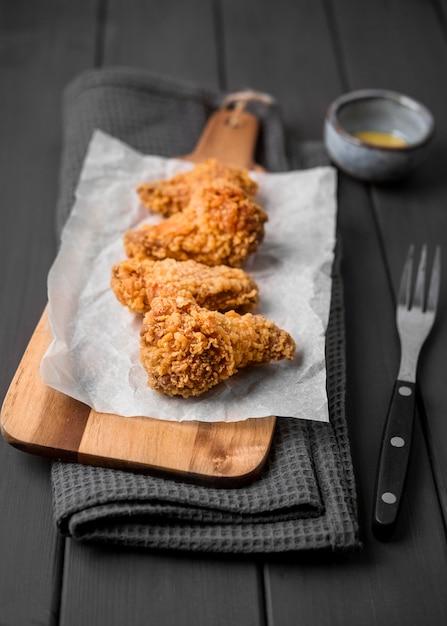 커팅 보드에 높은 각도 튀긴 닭 날개 무료 사진