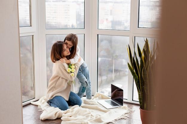 Высокий угол девушка обнимает мать Бесплатные Фотографии