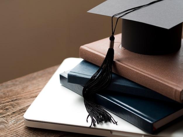 本の山の高角度卒業キャップ Premium写真
