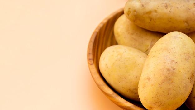 Высокий угол здорового картофеля в миске Бесплатные Фотографии