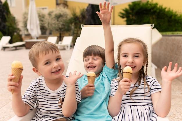 ハイアングルの子供たちがアイスクリームを食べる Premium写真