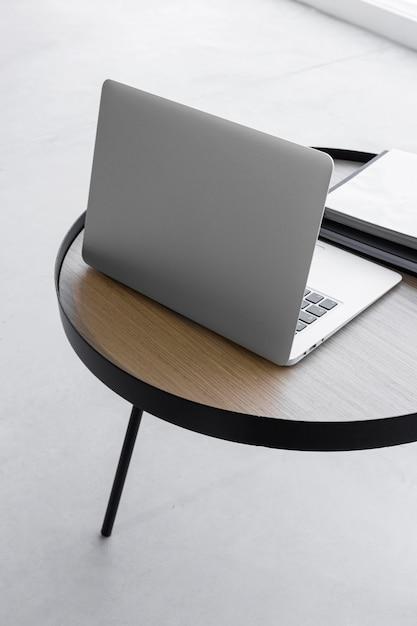 테이블에 높은 각도 노트북 무료 사진