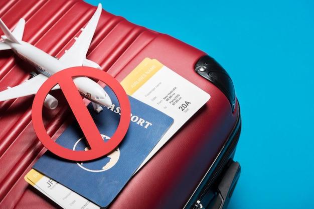青色の背景に高角度の荷物 無料写真
