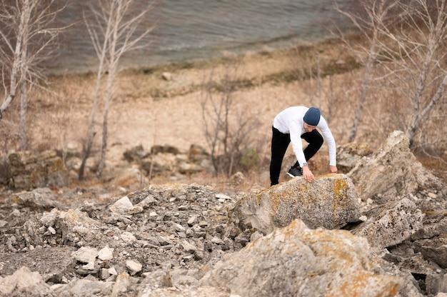 Человек под высоким углом, восхождение на скалы в природе Бесплатные Фотографии