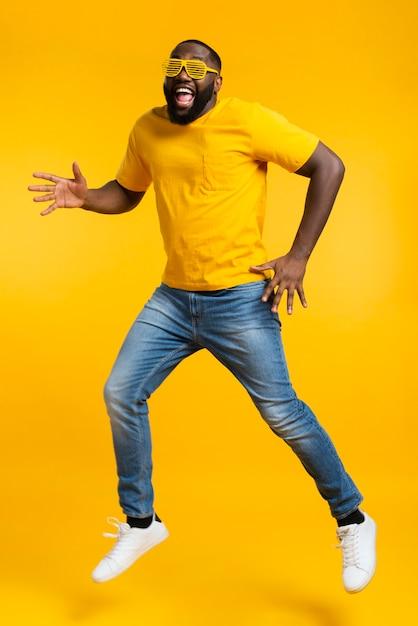 Высокий угол человек танцует Premium Фотографии