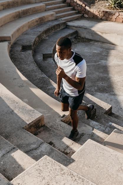 Высокий угол человека, бегущего по лестнице Бесплатные Фотографии