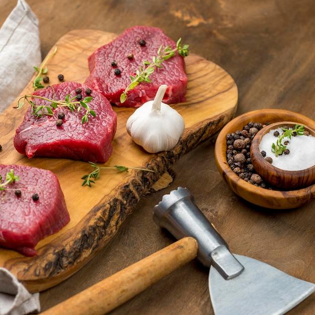 Alto angolo di carne con erbe e aglio Foto Gratuite