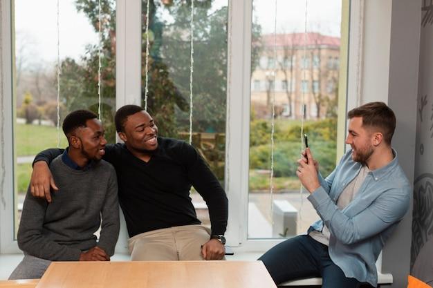 Uomini ad alto angolo che scattano foto Foto Gratuite