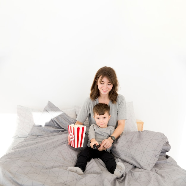 High angle mother and son eating popcorn Free Photo