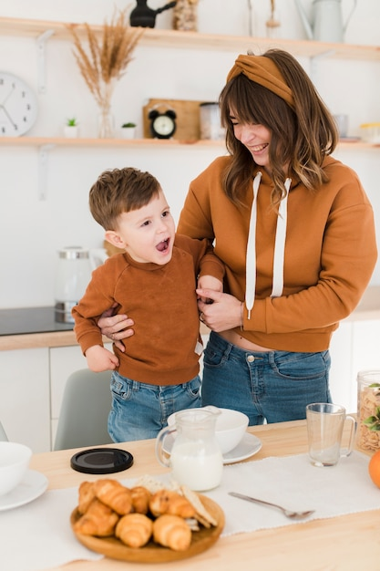 High angle mother with child in kitchen Free Photo