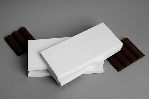 Alto angolo di confezioni multiple di tavolette di cioccolato impilate Foto Gratuite
