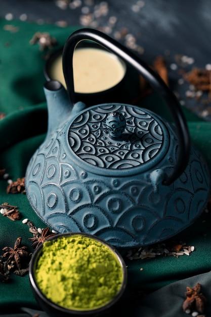 Высокий угол натуральный азиатский чай на столе Бесплатные Фотографии
