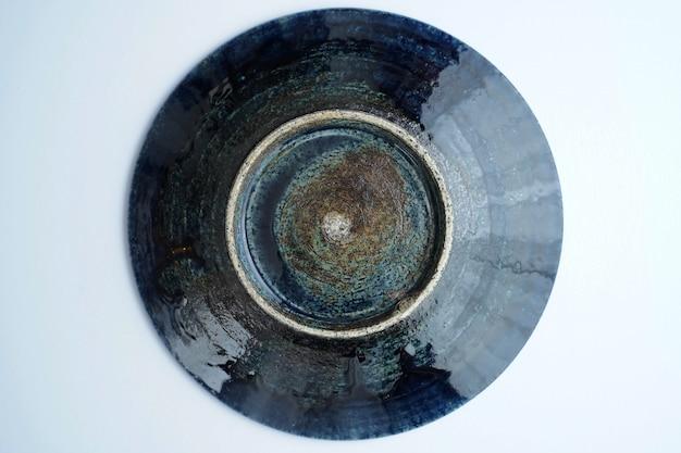 Высокий угол красивой старинной керамической миске на сером Бесплатные Фотографии