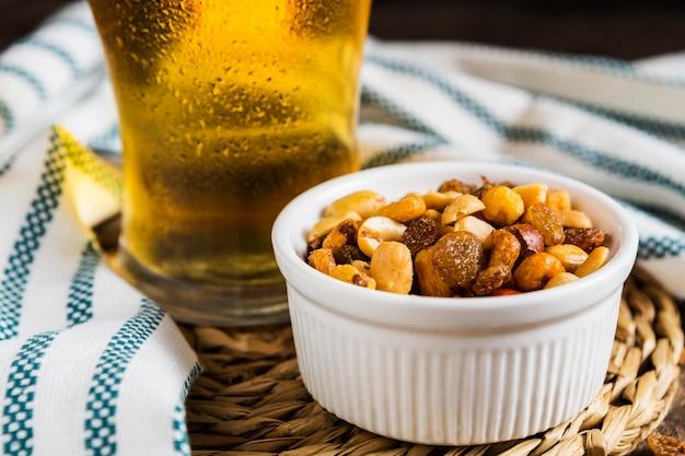 グラスビールとナッツの盛り合わせの高角度 Premium写真
