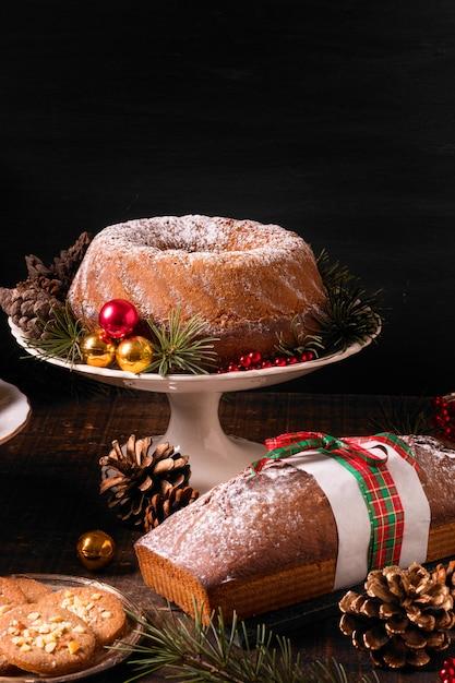 コピースペース付きのクリスマスケーキの品揃えの高角度 無料写真