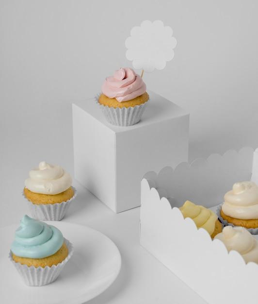 包装箱とプレートを備えたカップケーキの高角度の品揃え 無料写真