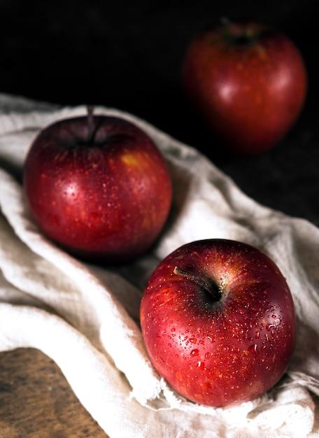 繊維に秋のリンゴの高角度 無料写真