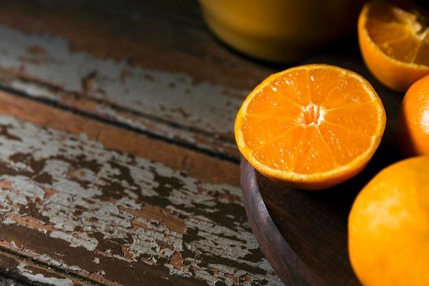 Высокий угол осенних оранжевых половинок на тарелке с копией пространства Бесплатные Фотографии