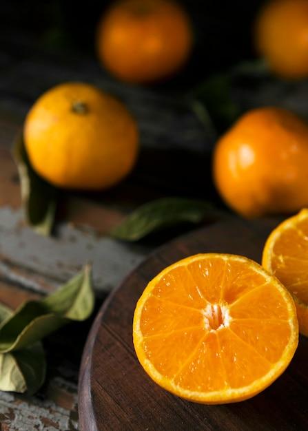 Высокий угол осенних оранжевых половинок с листьями Бесплатные Фотографии