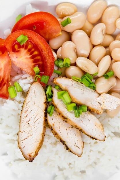 Высокий угол фасоли с мясом и помидорами на рисе Бесплатные Фотографии