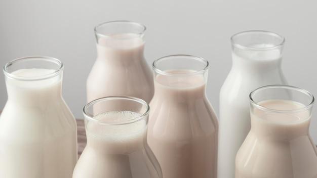 さまざまな種類の牛乳を備えた高角度のボトル Premium写真