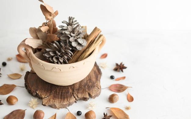Высокий угол чаши с осенними листьями и сосновыми шишками Бесплатные Фотографии