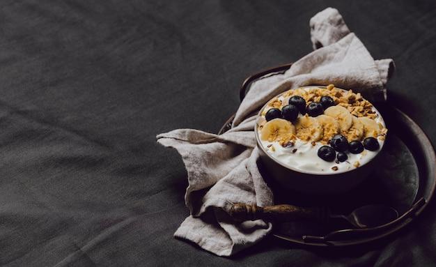 シリアルとコピースペースを備えた高角度の朝食用ボウル 無料写真