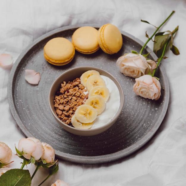 シリアルとマカロンの朝食用ボウルの高角度 無料写真