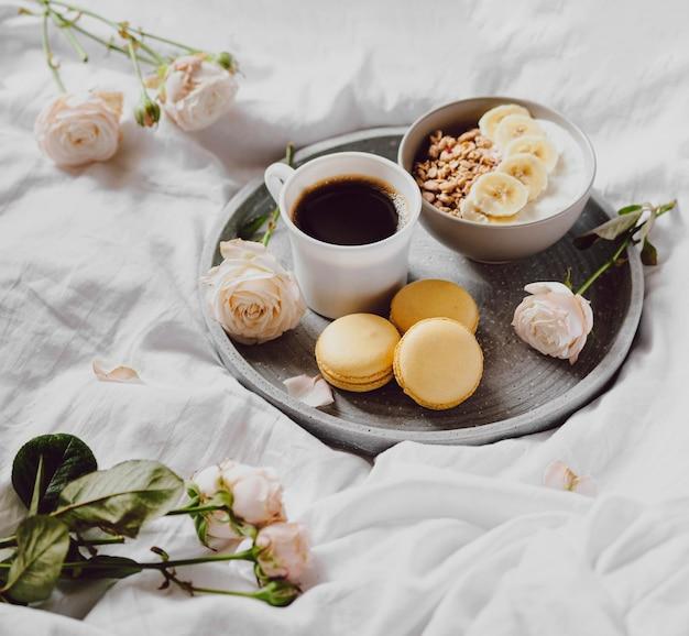 マカロンとコーヒーと朝食用ボウルの高角度 無料写真