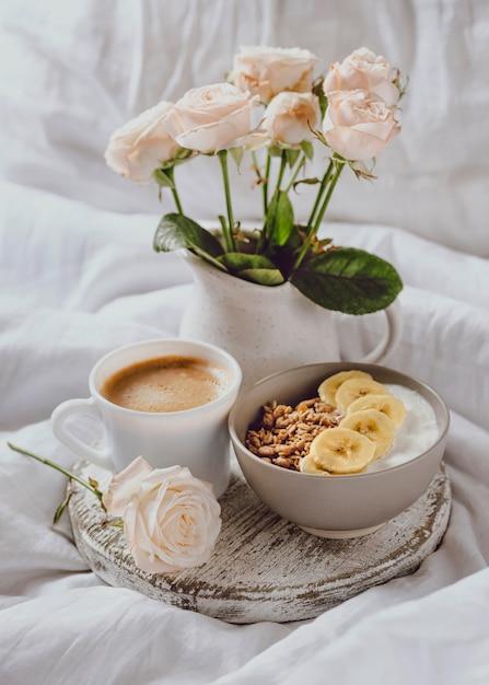 バラと朝食用ボウルの高角度 無料写真