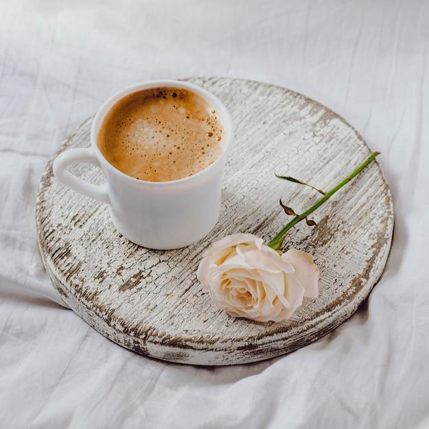 バラと朝食コーヒーの高角度 無料写真