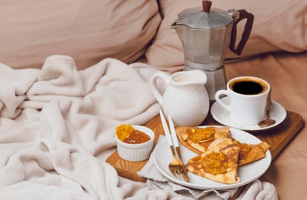 Крепы на завтрак с джемом и кофе под высоким углом Бесплатные Фотографии