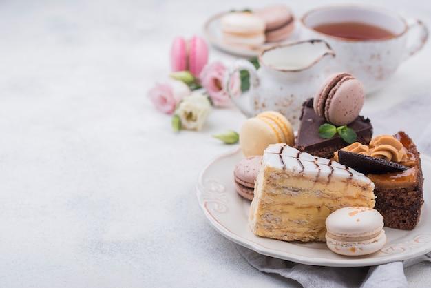 Высокий угол торта на тарелку с macarons и копией пространства Premium Фотографии