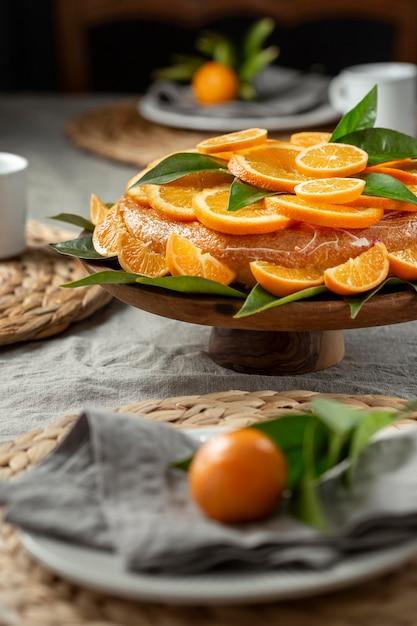 オレンジスライスとケーキの高角度 無料写真