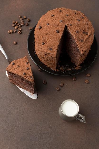 Высокий угол шоколадного торта с какао-порошком и молоком Бесплатные Фотографии