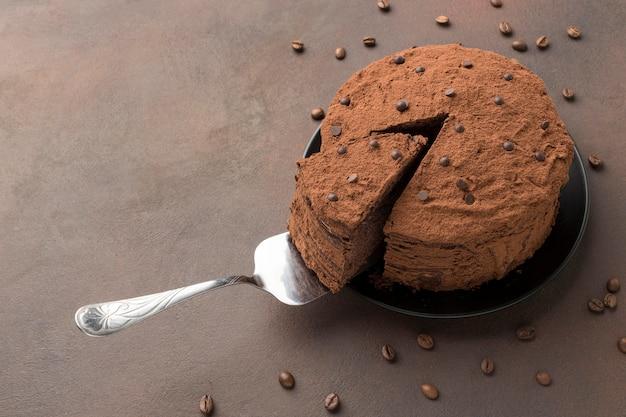 Большой угол шоколадного торта с какао-порошком Бесплатные Фотографии