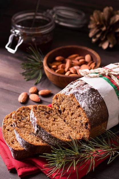 アーモンドとクリスマスケーキの高角度 無料写真