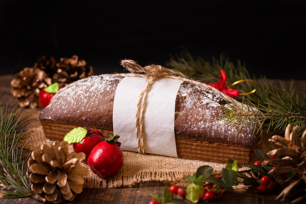 Рождественский торт с шишками под высоким углом Бесплатные Фотографии