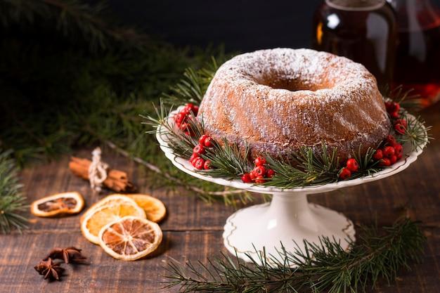 赤い果実と乾燥した柑橘類とクリスマスケーキの高角度 無料写真