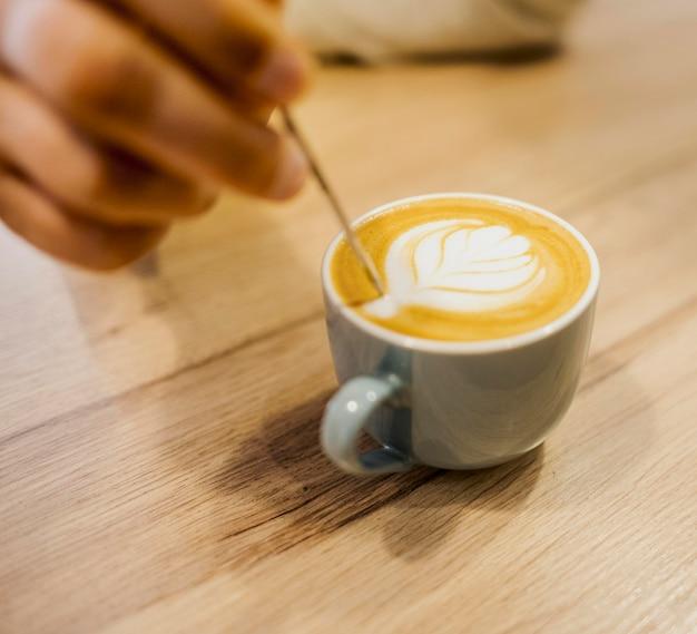Высокий угол кофейной чашки с украшением на вершине Бесплатные Фотографии
