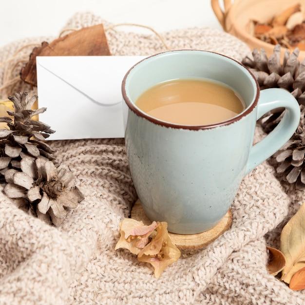 松ぼっくりと紅葉のコーヒーマグの高角度 無料写真