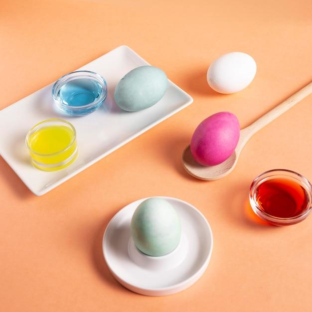 Высокий угол красочных расписных пасхальных яиц с краской Premium Фотографии