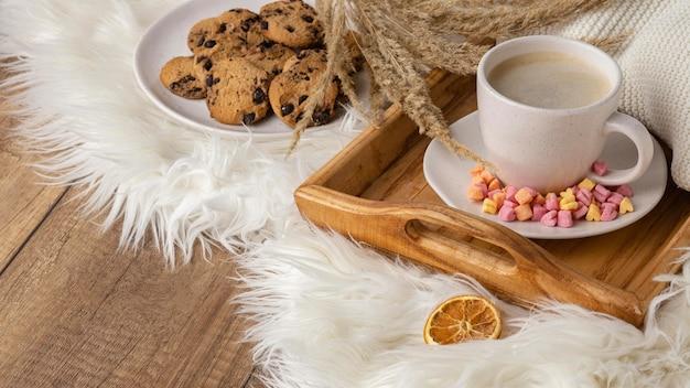 クッキーとドライフラワーと一杯のコーヒーの高角度 無料写真