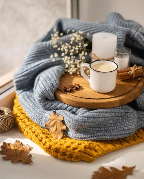 스웨터와 잎이있는 높은 각도의 커피 무료 사진